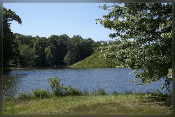 eine der Pyramiden im Park